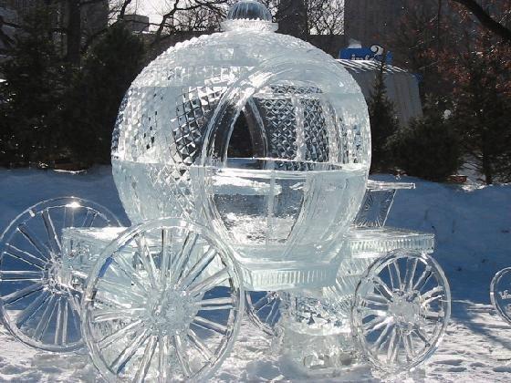 عربة منحوتة من الثلج