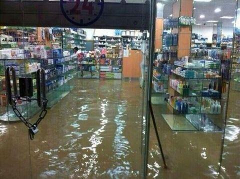 #الرياض_يغرق غرق المحلات ودخول السيل فيها في أحياء جنوب الرياض.