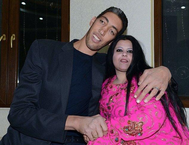 سلطان كوسين الرجل الأطول في العالم يتزوج