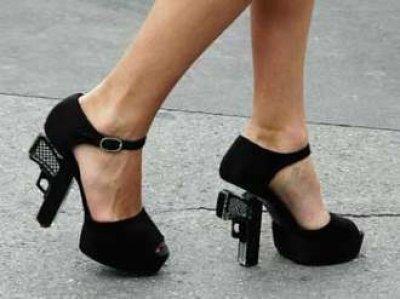مصادرة حذاء سيدة أمريكية لأن كعبه على شكل مسدس