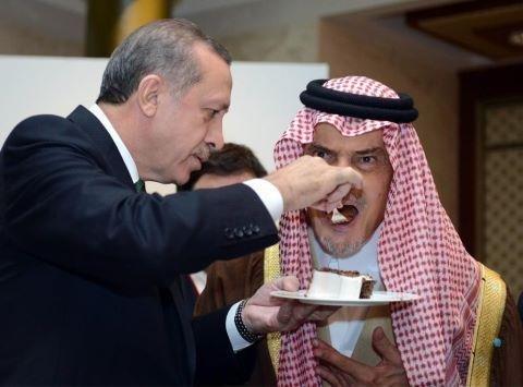 """رئيس الوزراء التركي أوردغان ، يضع قطعه من \""""الحلى\"""" في فم الأمير سعود الفيصل #تركيا #السعودية"""
