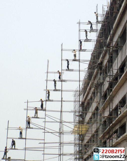 العمال فى #الهند يرفعون مواد البناء بهذه الطريقة