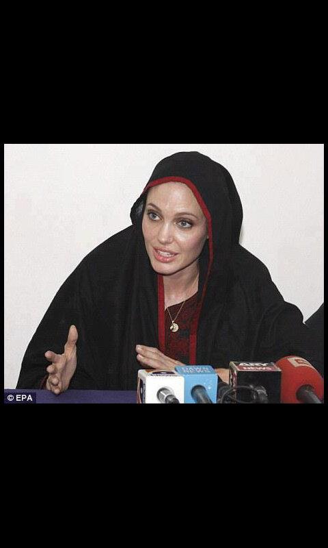 انجلينا جولي بالحجاب