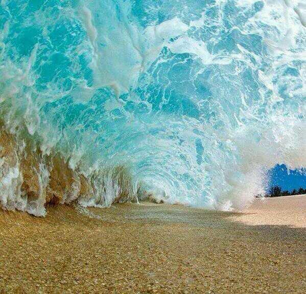 لقطة رائعة قبل سقوط موجة الماء