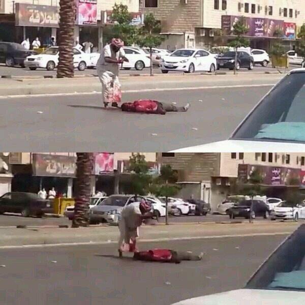 بالصورة مواطن يطعن هنديا في الشارع أمام المارة ويقتله
