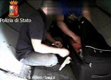 صور تفضح عمال مناولة الحقائب في إيطاليا وهم يسطون على حقائب المسافرين