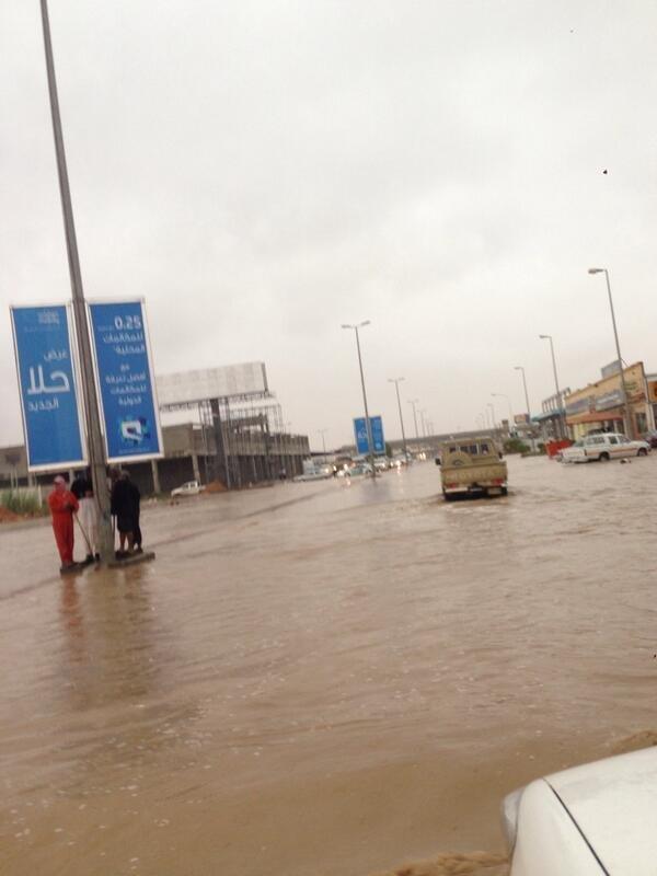 صور لاحد شوارع مدينة سكاكا #السعودية و الذي غرق بالكامل بمياه الامطار #الان