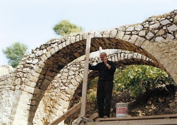 خلدون الداوود مؤسس رواق البلقاء في ترميم أحد بيوت #الأردن