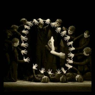 ساعة يشكلها راقصو الظلام بأيديهم