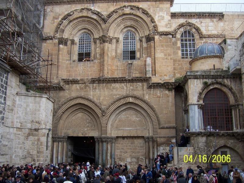 المدخل الرئيسي لكنيسة القيامة في غضوان احدى الاعياد النصرانية.