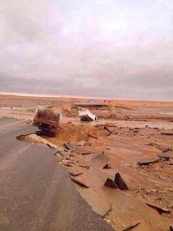 صورة تبين انهيار الشوارع في مدينة سكاكا #السعودية #سكاكا_تغرق