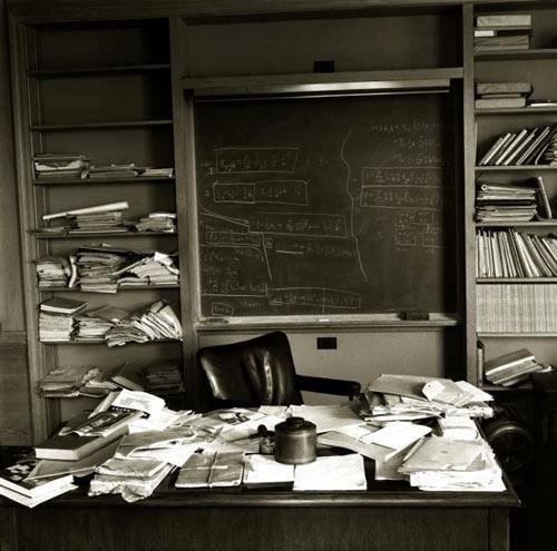 صورة لمكتب #أينشتاين التقطت بعد ساعات من وفاته في 18 أبريل 1955