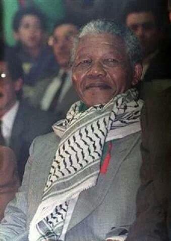نيلسون مانديلا بالكوفية الفلسطينية خلال زيارته للجزائر في مايو 1990