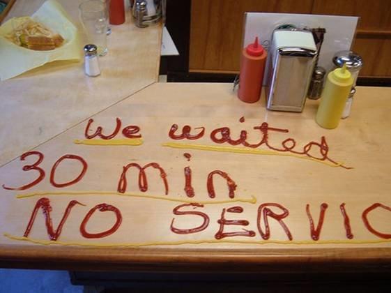 تأخر الموظف في المطعم عن خدمة زبون فماذا فعل الزبون