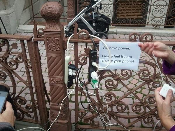 الأمريكان اللي عندهم كهربا تبرعوا فيها مجانا للي بحاجة لكهربا