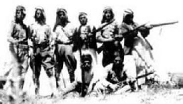 صورة نادرة لثوار #السلط خلال تهريبهم السلاح لإخوانهم ثوار #فلسطين #الأردن #تاريخ