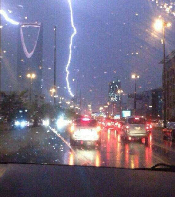 الصواعق ... وبرجي المملكة والفيصلية ... اللهم ألطف بالعباد #أمطار_الرياض