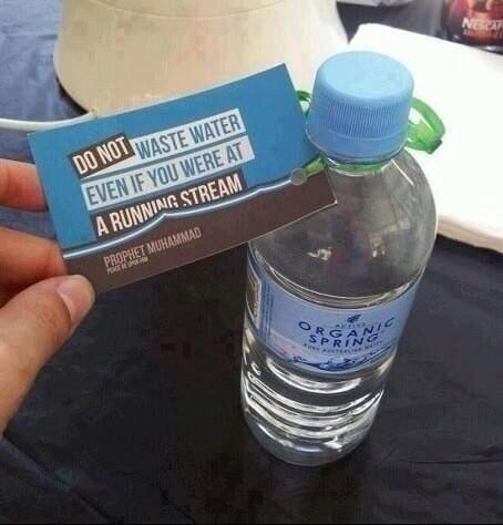 مسلمين في أستراليا يضعون على علب الماء حديث نبينا محمد.