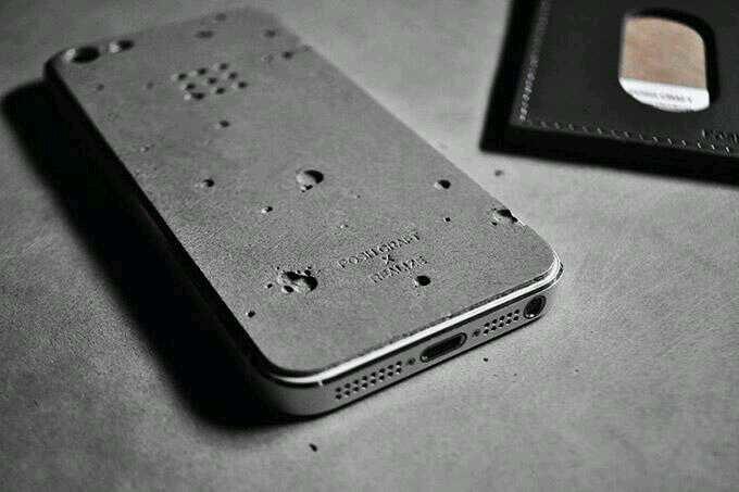 شكل هاتف الآيفون قبل وضع صفائح الألمنيوم عليه