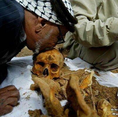فلسطيني يقبل جمجمة ابنه الذي احتجز جثته العدو الصهيوني 35 سنة #فلسطين