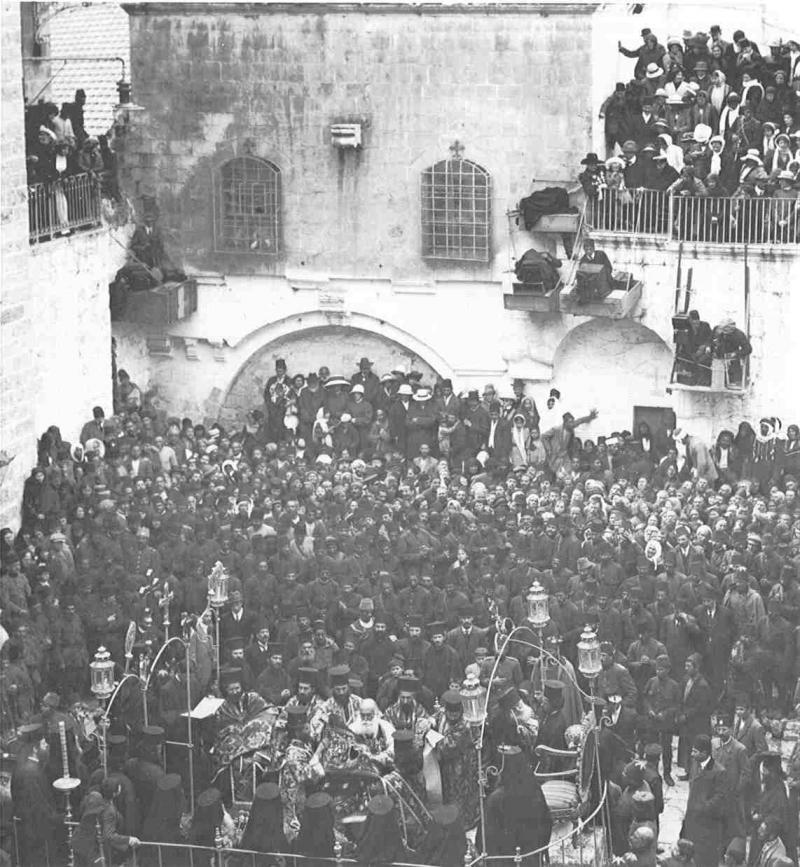 المدخل الرئيسي لكنيسة القيامة غضون عيد الفصح قبل الحرب العالمية الثانية