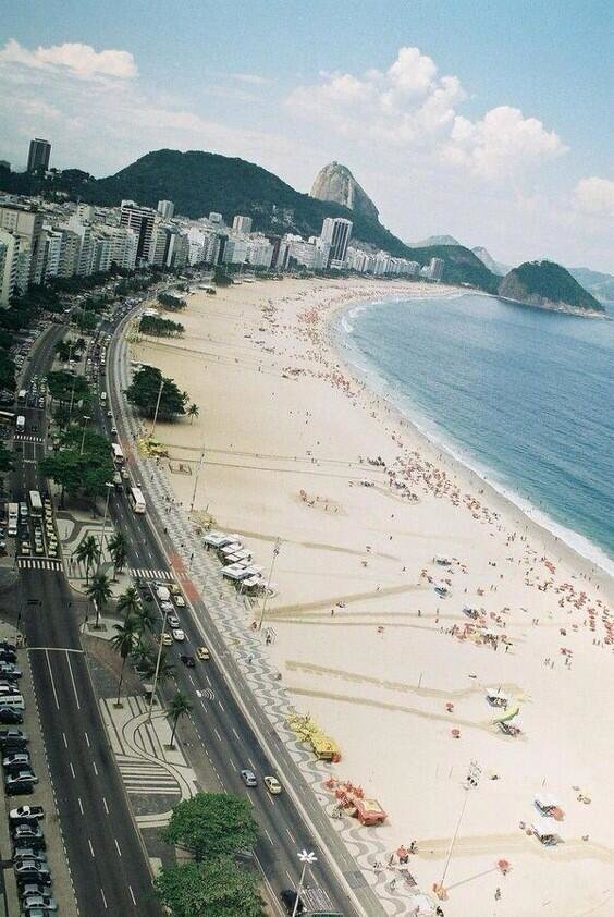 شاطئ كوباكابانا في مدينة ريو دي جانيرو في البرازيل ..
