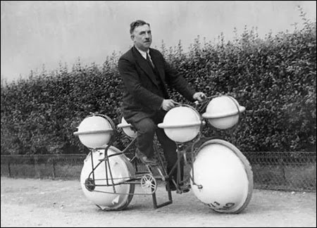 Amphibious bicycle that can be used on land and in water 1932