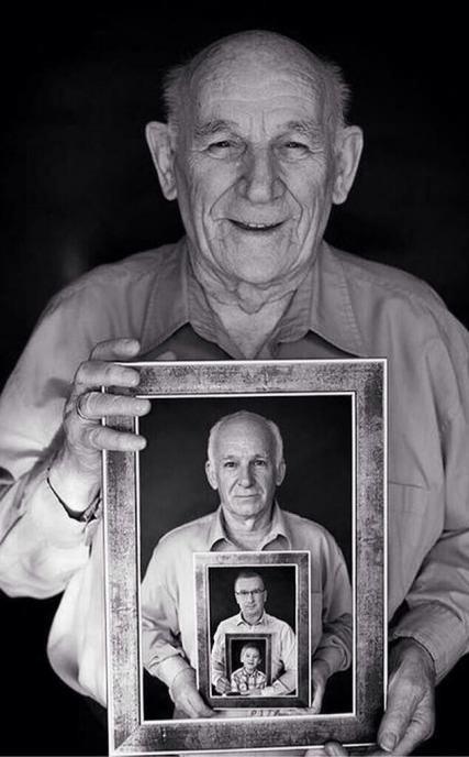 رجل يحمل تاريخ حياته بمجموعة صور
