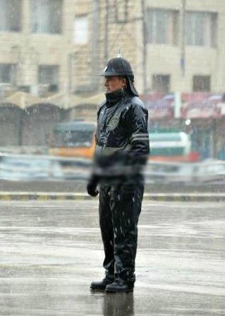 صورة تستحق الاحترام لشرطي أردني أثناء عمله خلال الظروف الجوية الصعبة #الأردن