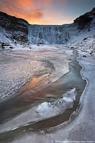 #صورة خيالية لشلال متجمد في #أيسلندا #طبيعة