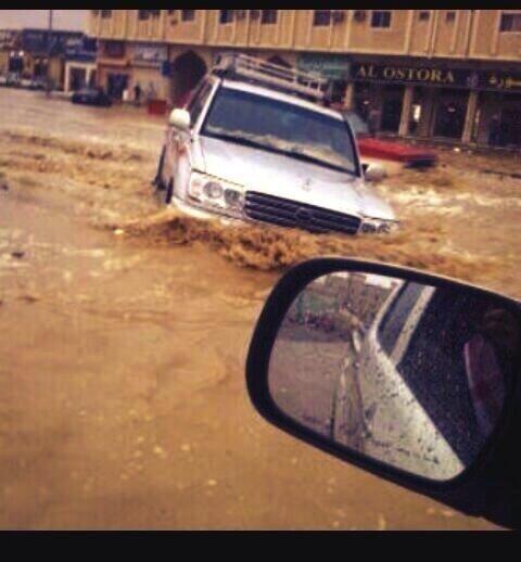 سيارة لاند كروزر تغرق في مدينة #سكاكا #السعودية #سكاكا_تغرق