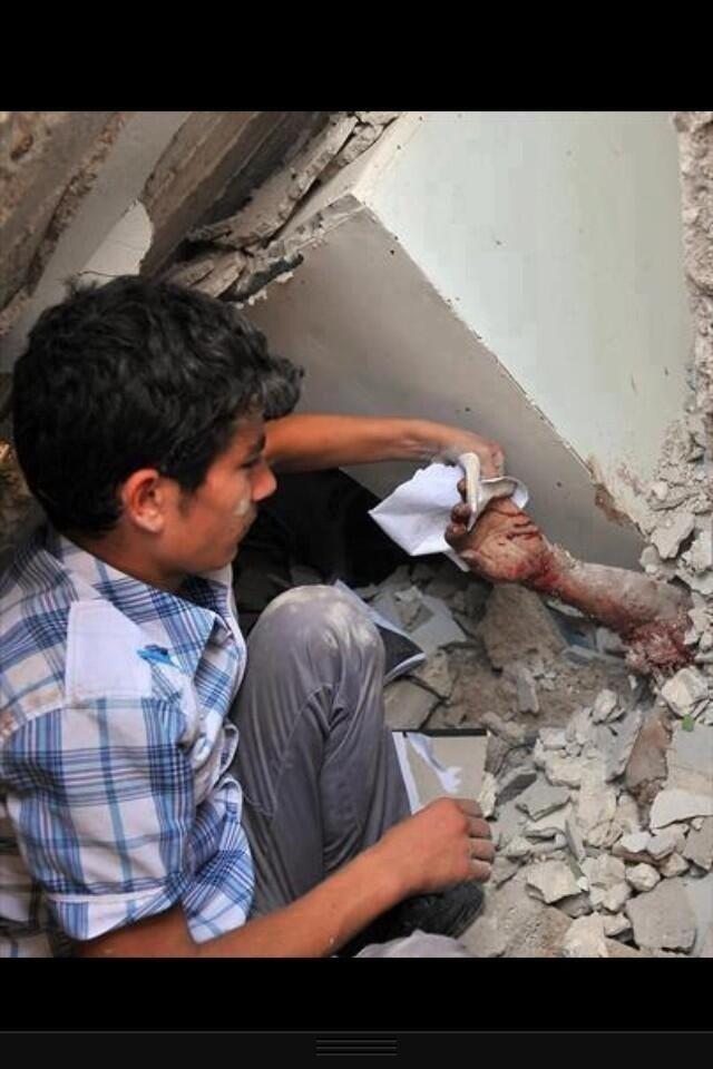 #سوريا من تحت الركام طفل سوري يمسح يد أخيه الممتدة من بين الأنقاض