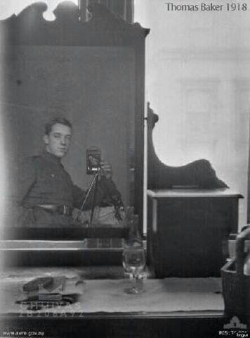 صورة أول شخص يصور نفسه في المرايه عام ١٩١٨ #معلومات