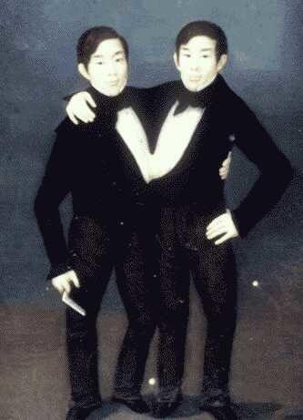 الاخوان شانغ وانغ هما توأم وولدا عام 1811 في سيام حاليا تايلند ..لذا يطلق على اي توأم متطابق لقب سيامي