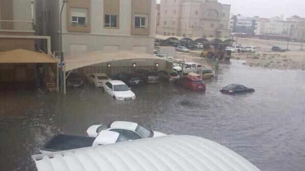 صورة السيارات تغرق في جنوب السرة. #الكويت #الكويت_تغرق