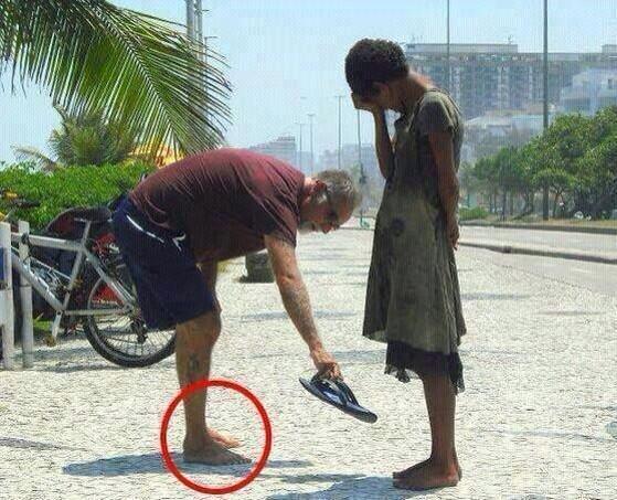 لسائح يهدي حذائه لطفلة فقيرة في مدينة ريو دي جانيرو البرازيلية