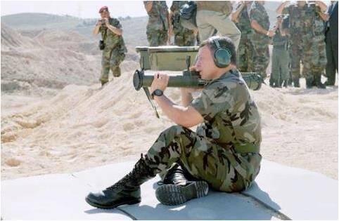 جلالة #الملك_عبدالله أثناء تجربه لصواريخ تو محمولة #الأردن