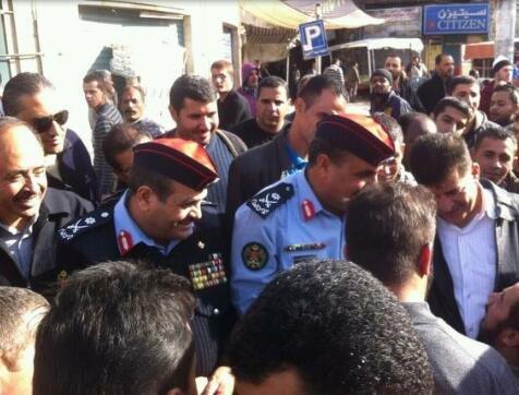متظاهرو #عمان #الأردن يلتفون حول الأمن لشكره