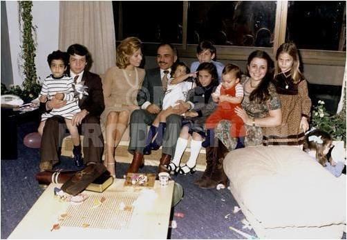 صورة #قديمة لجلالة #الملك_حسين مع العائلة المالكة #الأردن