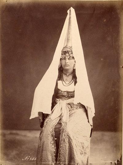 الطنطور وهو غطاء رأس للعروس في منطقة بلاد الشام مصنع من الذهب والفضة