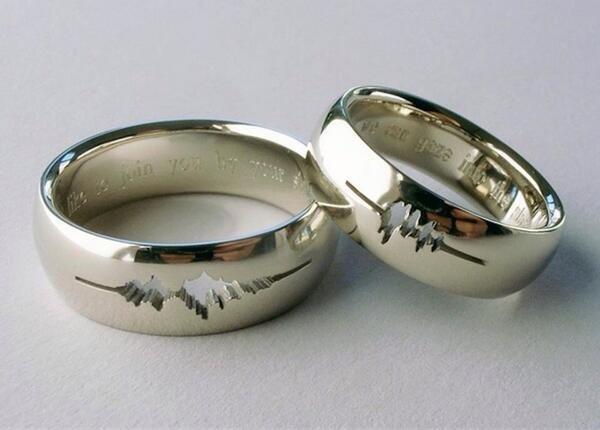 عروسان قاما بحفر موجات صوتهما على خاتمي الزواج