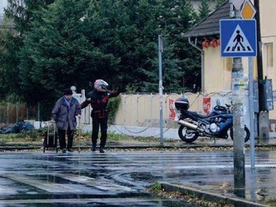 ترك دراجته ولبى نداء الانسانية مش زي عنا ب حارة كل من ايده اله #صورة_عالحارك