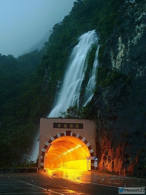 نفق غريب وجميل ومن فوقة شلال ،يوجد في تايوان...!