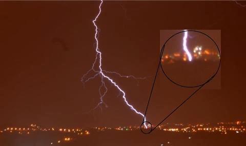 بالصورة: صاعقة تضرب منطقة أبونصير