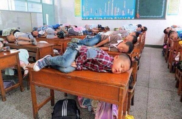مدرسة في الصين يسمحون لهم النوم لمدة ٢٠ دقيقة