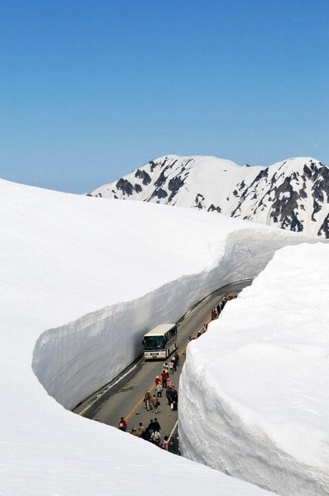 منظر جميل جداً في اليابان يقص الجليد هكذا لاستمرارية المرور..ومن شدة البرودة يتماس