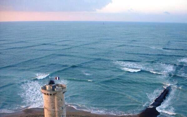 موجات لاتصدق تقسم البحر الى مربعات بالقرب من سواحل فرنسا
