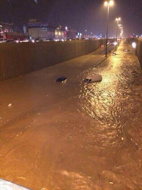 #الرياض_يغرق نفق حي الشفاء بجنوب #الرياض طريق ديراب ، منقول #مركز_العاصفة