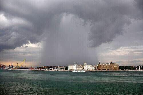 صورة للأمطار اللتي هطلت أمس في منطقة أوسكودار بإسطنبول.