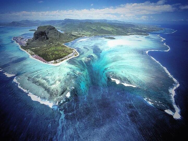 صورة من جزر موريشيوس للحظة سقوط المياه تحت سطح البحر.